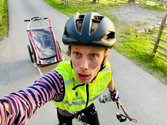 Rullskidor med barnvagn (Chariot) med underställströja från min podkollega Niklas Berghs märke Trumpet Woolwear