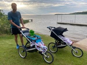 Barnvagnlöp med Per Forsberg från Ekeby-Almby till Hjälmarbaden och tillbaka.