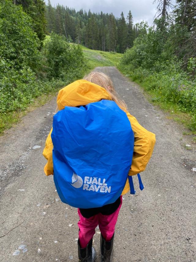 Lite regn vissa dagen, men ofta fint. Astrid tyckte det vara kul att utnyttja regnskyddet på hennes rygga, som hon gärna bär. Maj går däremot utan ryggsäck.