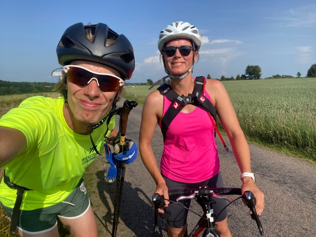 Syster Ellen Lindell på cyclocross och jag på tävlingsskejt. Uppe på Hallandsåsen. Jag åkte ifrån henne uppför Sinarpsdalen medan hon var snabbare än mig på platten. I de största nedförsbackarna höll jag på hennes rygg som broms.