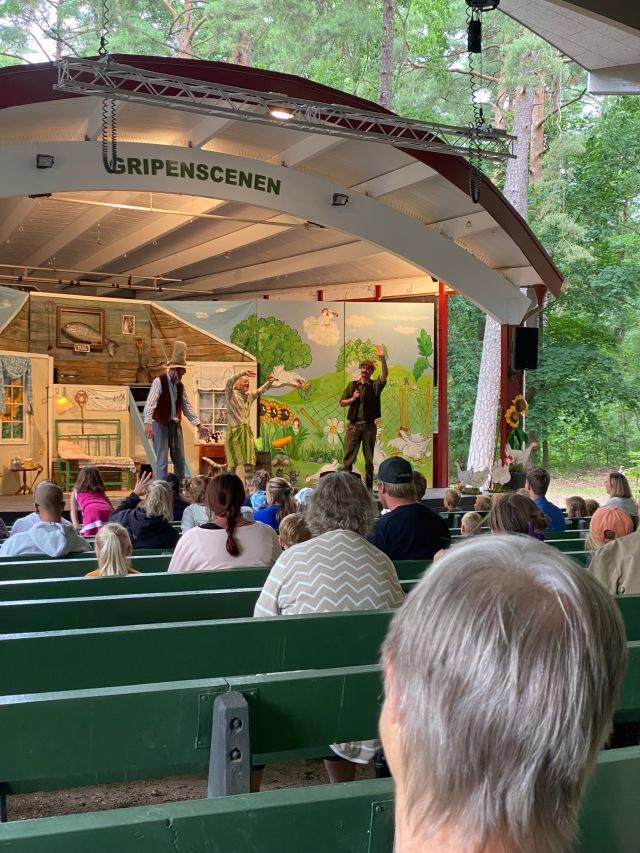 Det har blivit en sommartradition att vi ser teater med Pettson och Findus i Hembygdsparken i Ängelholm.