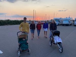 Solnedgång i Vejbystrands hamn. Rickard och Marika Bergengren på besök. De har stuga i Torekov som ligger 2 mil bort.