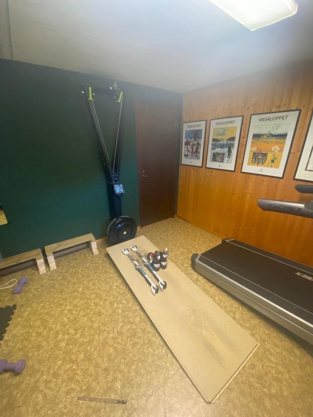 SkiErg-rullskidåkning på golvspånskiva