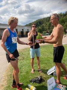 Priset i Bjäre Trail Run var hallon, en bok och en blomsterbukett.
